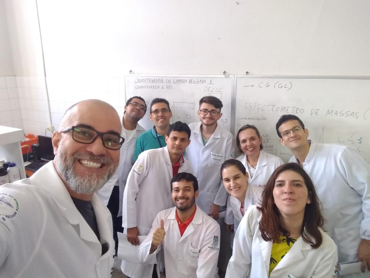 Aula prática de Cromatografia com os professores responsáveis: Magda Elisa Turini da Cunha e Geovany Amorim Gomes