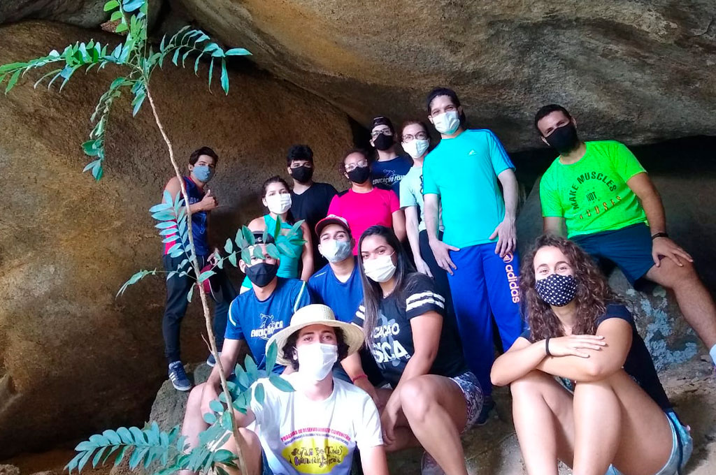 Estudantes de Educação Física participam de aula prática na Pedra da Coruja